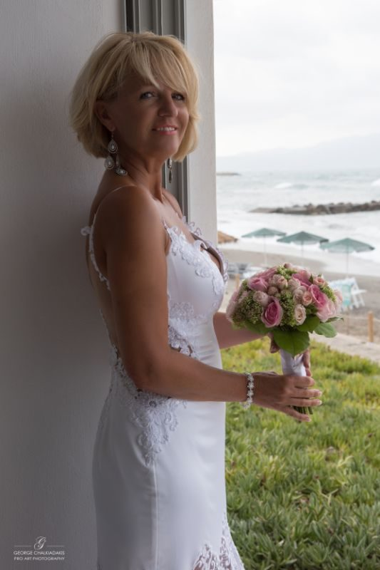 gamos-crete-weddings-bride-white-dress-bridal-roses-pink-flowers-sea-bouquet-seafront-akky-roland