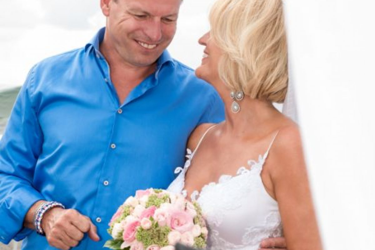 gamos-crete-weddings-couple-married-just-married-white-bridal-dress-shirt-beautiful-man-woman-blonde-black-bouquet-pink-flowers-akky-roland