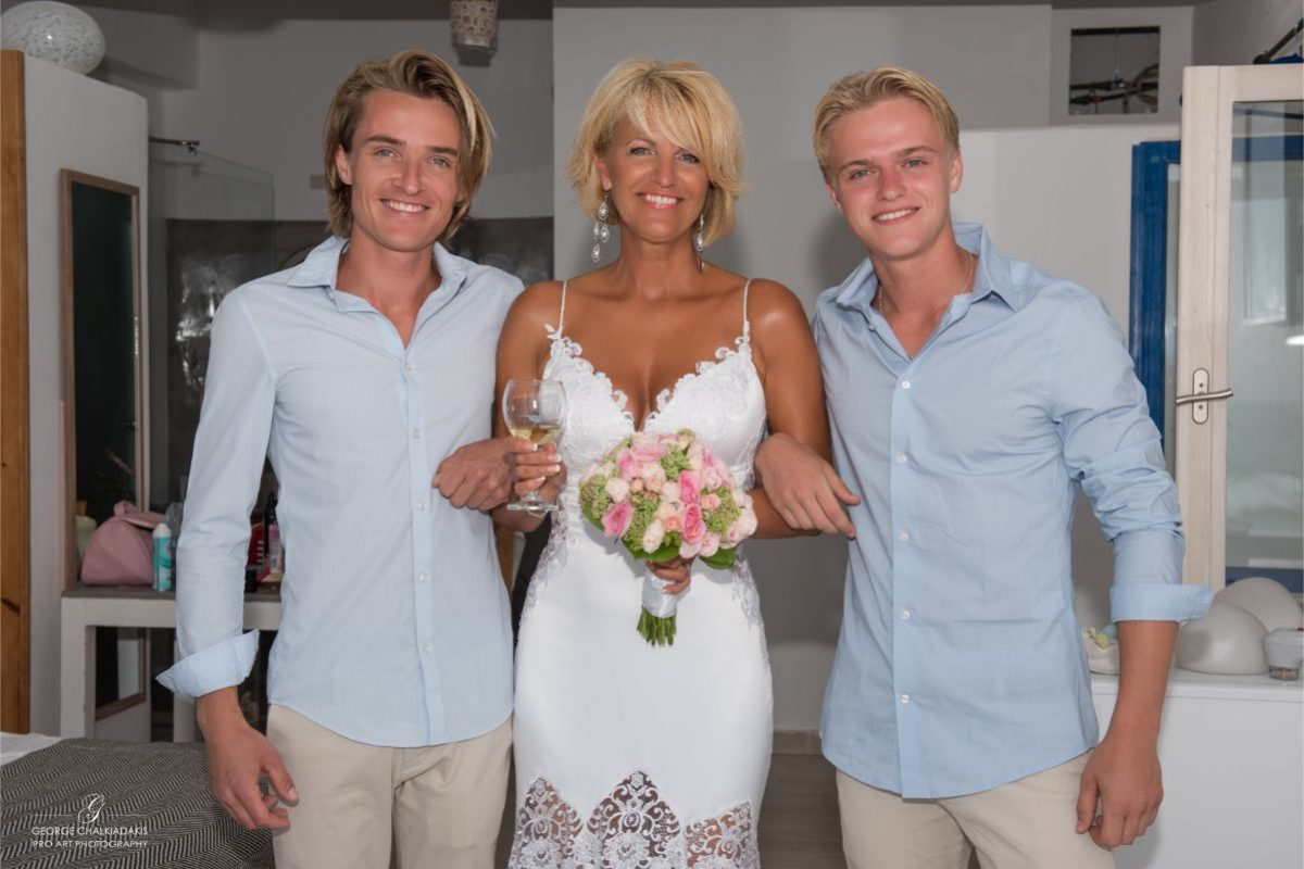 gamos-crete-weddings-happy-people-bride-blonds-white-bridal-dress-shirts-blue
